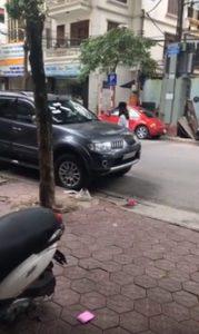 dán băng vệ sinh kín ô tô, đậu xe vô ý thức, chiếc ô tô bị dán băng vệ sinh khắp xe