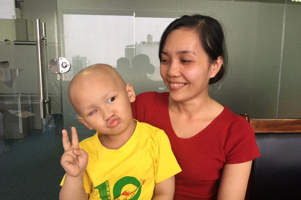 bé ung thư, bé ung thư mắt, hoàn cảnh bé 3 tuổi bị ung thư, bố mất sớm, mẹ ốm đau