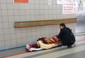 Chùm ảnh người nhà bệnh nhân co ro trong bệnh viện