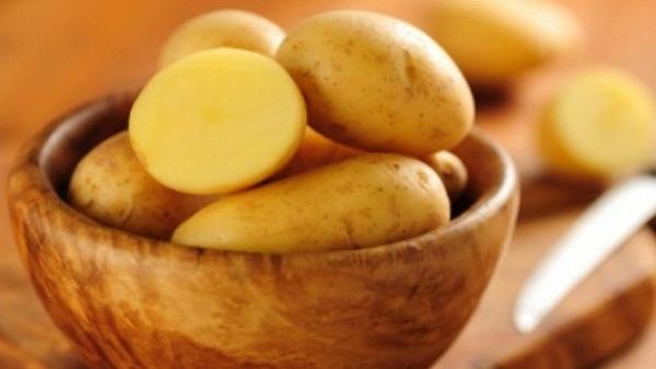 Dưỡng trắng da mặt bằng khoai tây tại nhà
