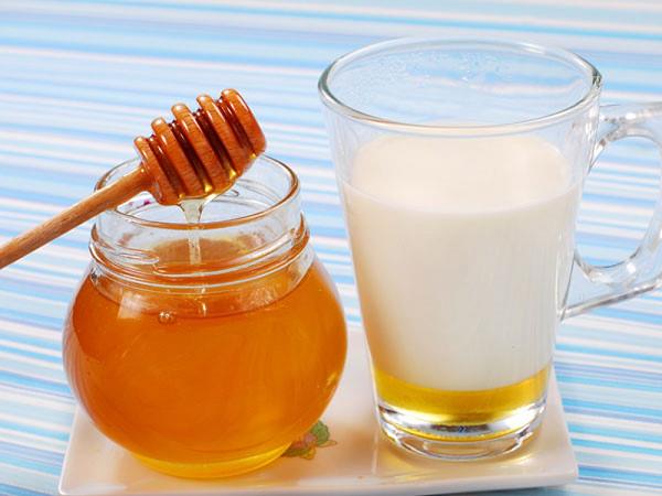 Tác dụng của mật ong trị mụn với sữa tươi nguyên chất