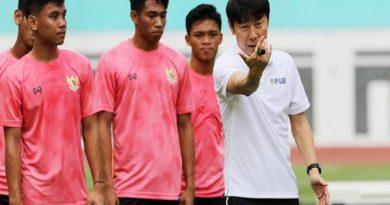 Bóng đá Việt Nam chiều 22/4: ĐT Việt Nam hưởng lợi từ HLV Indo